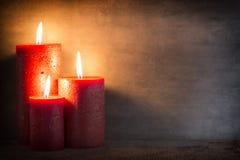 Bougie brûlante rouge sur un fond gris éléments d'intérieur de l'image 3D Images libres de droits