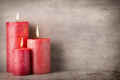 Bougie brûlante rouge sur un fond gris éléments d'intérieur de l'image 3D Image stock