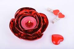 Bougie, chandelier et coeurs rouges sur le fond blanc Photo stock