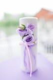 Bougie décorée des fleurs Photos libres de droits
