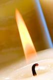 Bougie d'éclairage avec l'allumette Photo stock
