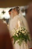Bougie d'unité avec la mariée et le marié à l'église image libre de droits