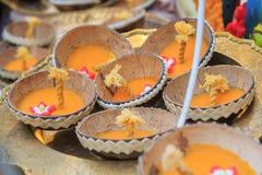 Bougie dans la coquille de noix de coco Image libre de droits