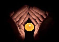 Bougie dans la main, concept d'espoir Image libre de droits