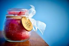 bougie dans le pot en verre plus une d?coration en bois et un ruban blanc photographie stock