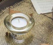 Bougie dans un chandelier sur la table décorée Images libres de droits