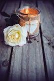 Bougie dans un pot décoratif Photographie stock libre de droits