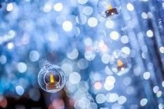 Bougie dans une boule en plastique de cercle avec le fond de bokeh de tache floue images libres de droits