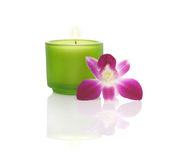 Bougie dans une cuvette et une orchidée bleues Photo stock