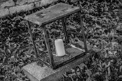 Bougie dans une lampe antique Image stock