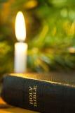 Bougie de bible et de Noël Images libres de droits