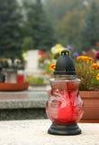 Bougie de cimetière sur la tombe Photographie stock libre de droits