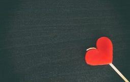 Bougie de coeur de valentines sur l'espace en bois noir de copie Photos libres de droits