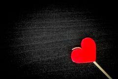 Bougie de coeur de valentines sur le bois noir Images stock