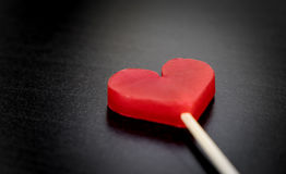 Bougie de coeur de valentines sur le noir Photos stock