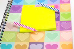 Bougie de joyeux anniversaire et bloc-notes vide avec le journal intime d'amour Photo stock
