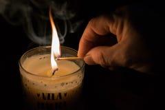 Bougie de lumière, de feu et de magie photographie stock libre de droits