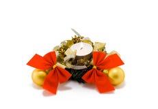 Bougie de Noël avec des billes et des proues sur le blanc Image libre de droits