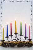 Bougie de Noël avec des cônes de pin et des boules d'or Images libres de droits