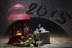 Bougie de Noël avec le subtitleon 2015 la fenêtre, paquet décoré de cadeau Image libre de droits