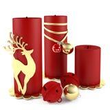 Bougie de Noël décorée des jouets de boule d'isolement Image libre de droits