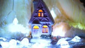 Bougie de Noël dans la chambre Décoration de vacances banque de vidéos