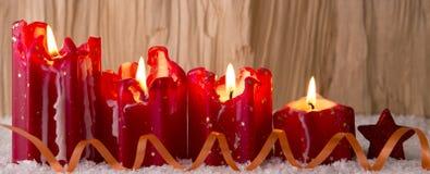Bougie de Noël de quatre rouges pour l'avènement Image stock