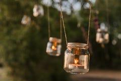 Bougie de pot de maçon accrochant sur l'arbre pour épouser le décor Photographie stock libre de droits