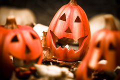 Bougie effrayante de cric-o-lanterne de potirons de Halloween allumée Photographie stock libre de droits