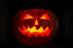 Bougie effrayante de cric-o-lanterne de potirons de Halloween allumée Photos stock
