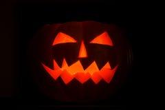 Bougie effrayante de cric-o-lanterne de potirons de Halloween allumée Image libre de droits
