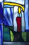Bougie en verre souillé dans la chapelle images libres de droits