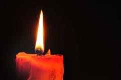 Bougie et éclairage rouges sur le fond noir Photo stock