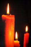 Bougie et éclairage rouges sur le fond noir Image libre de droits