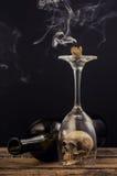 Bougie et fumée au-dessus de verre de vin Photos libres de droits