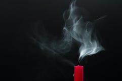 Bougie et fumée rouges Image stock