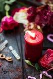 Bougie et parfum flamboyants dans des bouteilles en verre Images libres de droits