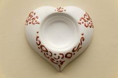 Bougie faite main de support de poterie d'argile sous forme de coeur Photographie stock