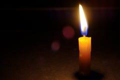 Bougie légère brûlant brillamment Photographie stock libre de droits