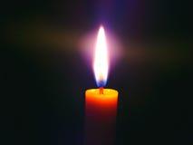 Bougie, lumière dans l'obscurité Photographie stock