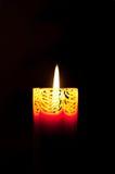 Bougie orange décorative brûlant dans l'obscurité Photographie stock libre de droits