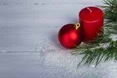 Bougie rouge avec la branche d'arbres de Noël Image libre de droits