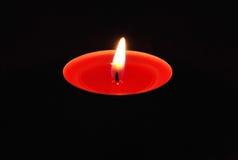 Bougie rouge dans l'obscurité Photos stock