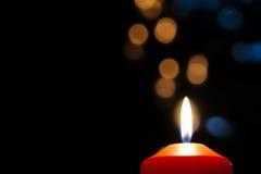 Bougie rouge dans l'obscurité avec le bokeh d'or et bleu Photo stock