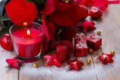 Bougie rouge de Noël avec des décorations Photos stock