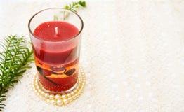 Bougie rouge de Noël avec des perles Photographie stock libre de droits