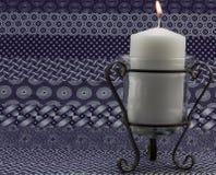 Bougie sur le tissu d'indigo Image stock