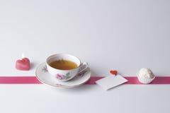 Bougie, thé, note d'amour et biscuit Photographie stock libre de droits