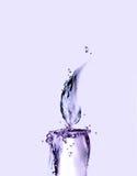 Bougie violette de l'eau Photographie stock