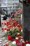 Bougies à côté de la base du monument de Wenceslas Image stock